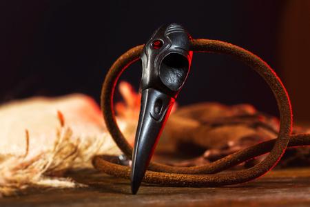 Primer cráneo de cuervo de madera como un amuleto mágico para la brujería.