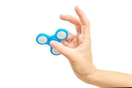 Primer mano femenina que sostiene el hilandero del fidget como juguete popular para relajar. Foto de archivo