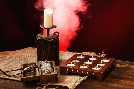Conjunto de objetos de brujería mística para un ritual de horror. Concepto de Halloween.