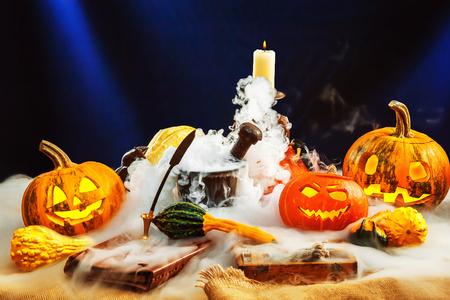 Conjunto de decoración de calabazas de Halloween con humo profundo alrededor.