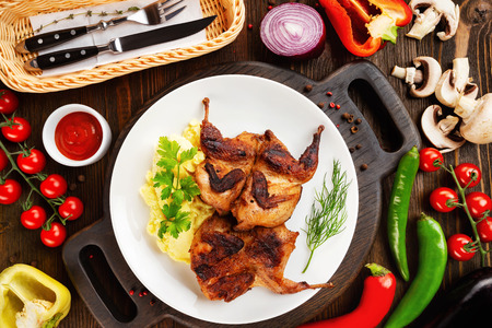 Top view plate of fried chicken with masshed potato at decorated with vegetables wooden table background. Imagens - 122755166