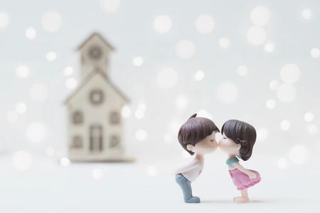 Küssendes Paar mit Haupthintergrund für Valentinstag oder Hochzeitskonzept Standard-Bild