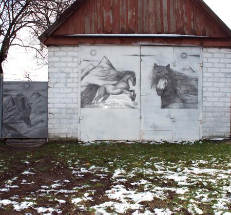 puertas de hierro: garaje con puertas de hierro y caballos de dibujo Editorial