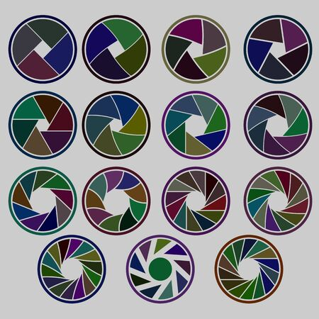 fotocamera con apertura di raccolta di diversi colori su sfondo bianco