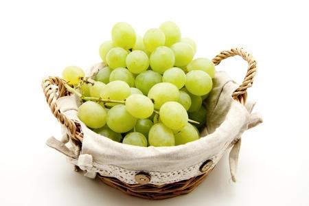uvas vino: Uvas de vino en la canasta Foto de archivo
