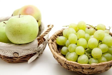 uvas vino: Uvas de vino en la cesta Foto de archivo