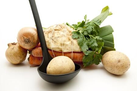 soup spoon: Zuppa di verdure con cucchiaio da minestra