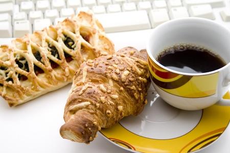 cafe y pastel: Caf� y tarta teclado de la computadora Foto de archivo
