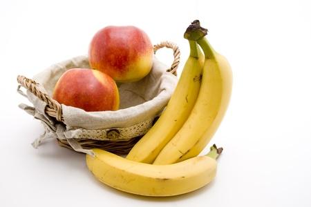 calories poor: Bananas and nectarine in basket