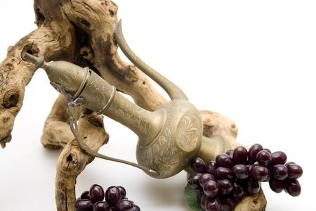 uvas vino: Antiguo jarr�n con uvas de vino y la ra�z