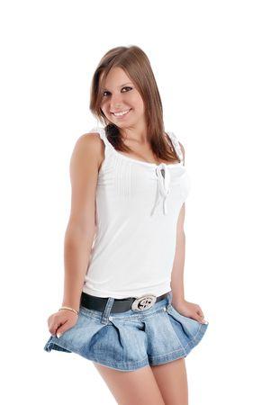 adolescente fille sourit pairs dans la caméra, sur fond blanc