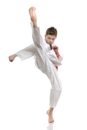 artes marciales: patada en la cara - chico practicando defensa propia Foto de archivo