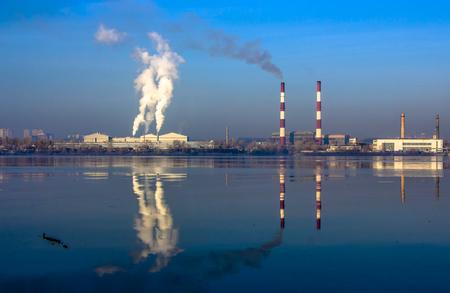 O tubo da planta emite substâncias nocivas na atmosfera. Close-up em um fundo do céu