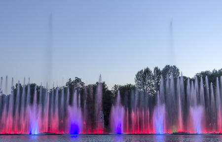 The city of Vinnytsia is a waterfront near the Roshen plant, in the evenings the fountain shows a laser show for residents and guests of the city. 免版税图像