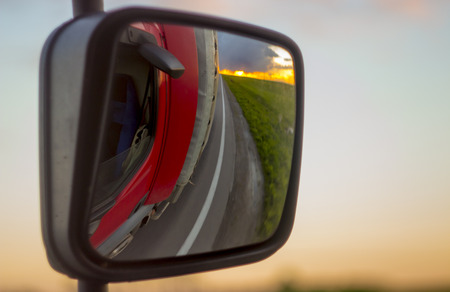 Reflections of the sunset in the rearview mirror of the truck close up 版權商用圖片