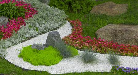 돌의 일본 정원의 창조에 대리석 칩 및 바위의 사용. 스톡 콘텐츠 - 91497546