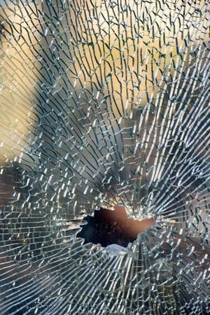 Gros plan en verre trempé cassé, fond de verre a été brisé