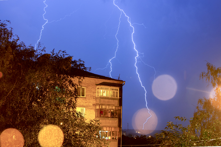 Silhuette of Thunderbolt over the buildings and waterdrops Banque d'images - 106894365