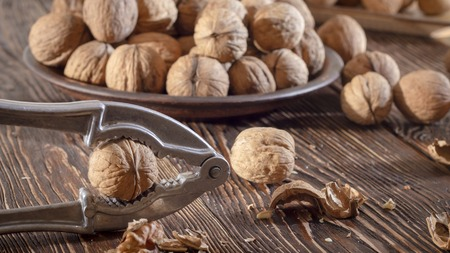 Shelled walnuts. On a wooden table. Top view close up Banque d'images