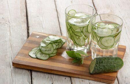 Komkommerwater, reinigingswater om het lichaam te ontgiften en dorst te lessen op een witte achtergrond. detailopname