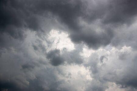 La lumière dans le paysage de fond de nuages d'orage sombre et dramatique Banque d'images