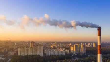 Le tuyau de la chaudière produit des gaz nocifs dans l'atmosphère. Changement climatique. Banque d'images