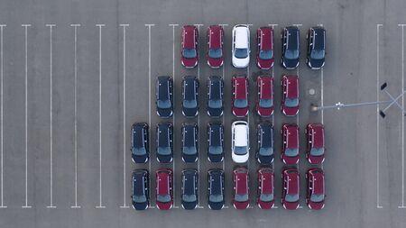 Drohnenansicht, neuer Parkplatz, in der Nähe des Logistikzentrums des Autohauses. Der Parkplatz der aktualisierten Fahrzeugaufstellung in der Nähe der Autowerkstatt. Standard-Bild