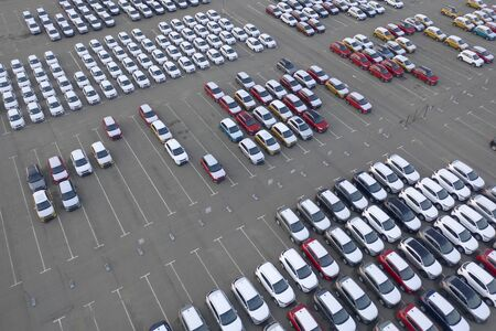 Car Dealer Logistics Center, new cars parked. The concept of selling vehicles. Aerial view. Banque d'images