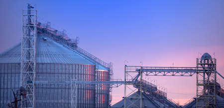 Large agricultural grain processing plant at sunset Imagens
