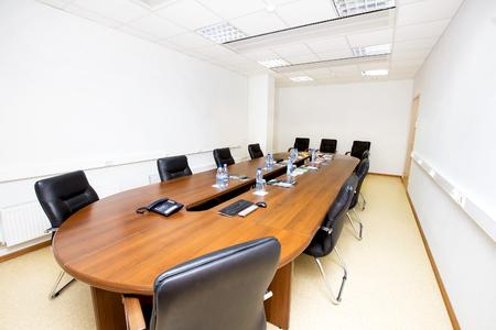 reuniones empresariales: Una sala de reuniones vacía con una mesa y sillas. Foto de archivo