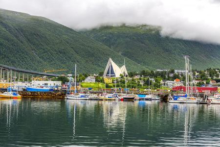 ノルウェー北部のトロムソ市内で北極の大聖堂。トロムソは、50,000 上の人口と世界の北の都市と見なされます。