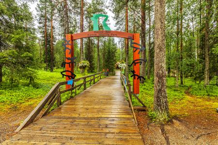 Ranua 야생 동물 공원. 입구. 공원에서는 북극 숲 가운데 북극곰과 북극 숲 50 종의 다른 북극 동물을 볼 수 있습니다. 스톡 콘텐츠