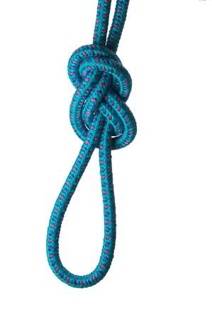 Figura di otto nodi su un loop su una corda blu, isolato su uno sfondo bianco