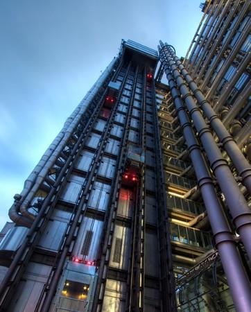 Impianti di risalita sul lato del palazzo Lloyds, Londra, Inghilterra