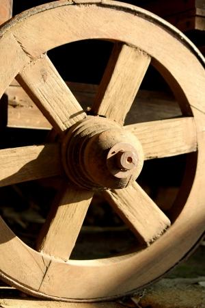 carreta madera: Antigua rueda de carro de madera.