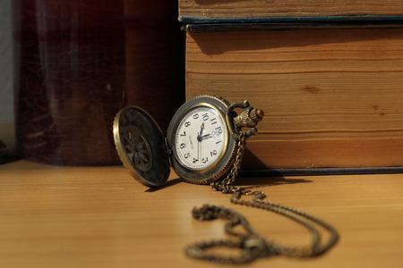 orologi antichi: Libri di orologi antichi sulla scrivania in stile vintage.