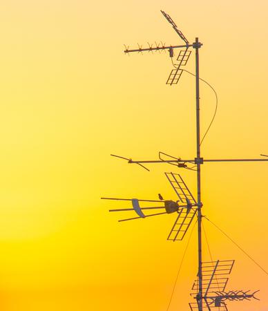 Antenas de comunicación en el amanecer de un nuevo día Foto de archivo