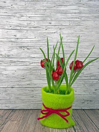 Background spring red tulips on wooden background Standard-Bild