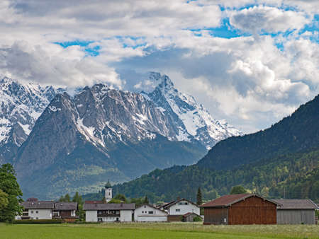 Village Farchant and the Wetterstein mountain range in the Bavarian Alps, Germany Standard-Bild