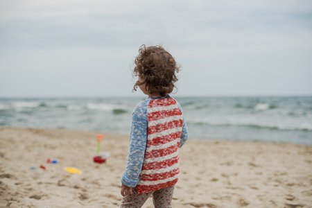 children play: Summer vacation with children at the sea. Outdoor play