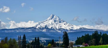 Mount Hood, Oregon, es la montaña más alta del estado a aproximadamente 11,232 pies. La montaña y los bosques a su alrededor proporcionan oportunidades recreativas durante todo el año. Esta vista es del noreste. Foto de archivo - 69677034
