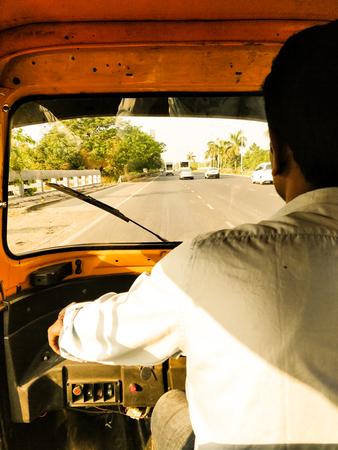 Mumbai auto rickshaw driver shot from back Foto de archivo - 120996960