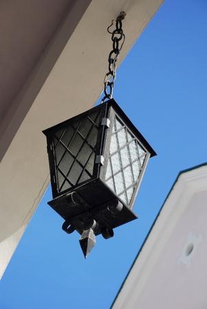 Archiwalne biaÅ'ego szkÅ'a Latarnia ulicy na tle bÅ'Ä™kitne niebo Zdjęcie Seryjne - 9278835