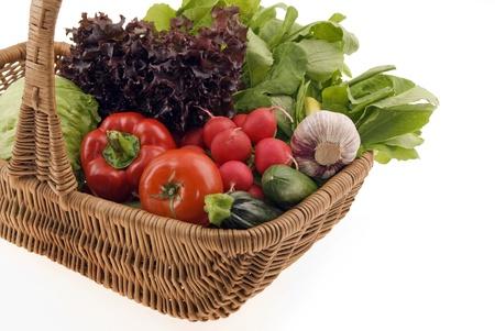 SkÅ'ad z Å›wieże warzywa w koszyku samodzielnie na biaÅ'ym tle  Zdjęcie Seryjne