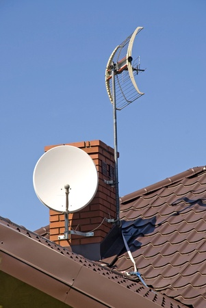 White satellite dish on brown roof Zdjęcie Seryjne - 9664932