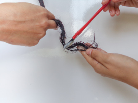 Applying corn starch and castor oil (ricinus), in a damaged hair with a cosmetic brush. DIY natural and hair care. Natural moisturizing for any type of hair. Homemade natural oils for the hair Imagens