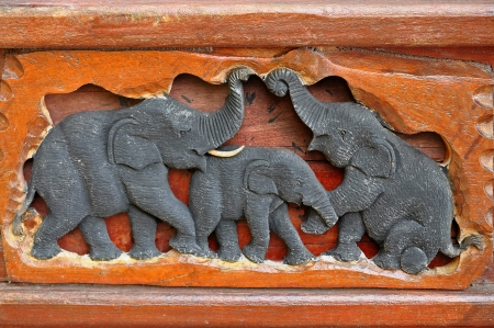 engraver: Elephant sculture in legno. Lavoro di un incisore nel nord, Thailandia.