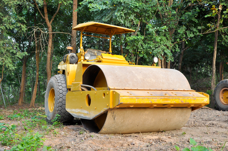 vibroroller: Road rollers use the weight of the vehicle to compress the surface being rolled