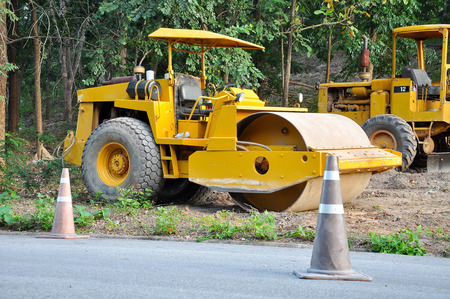 construction vibroroller: Road rollers use the weight of the vehicle to compress the surface being rolled