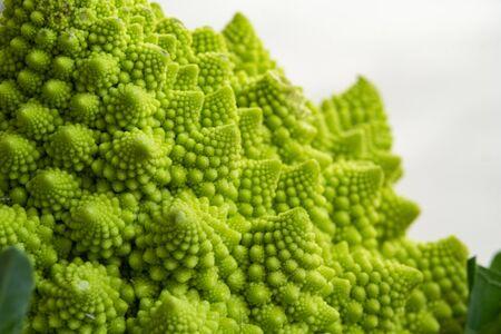 Romanesco broccoli has many benefits such as vitamin B, vitamin C, folate, iron, potassium and amino acids. Imagens